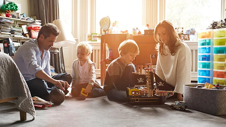Family at home. Compare contents and personal liability insurance and find the best premium with Comparis.
